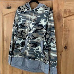 Tops - Camp hoodie